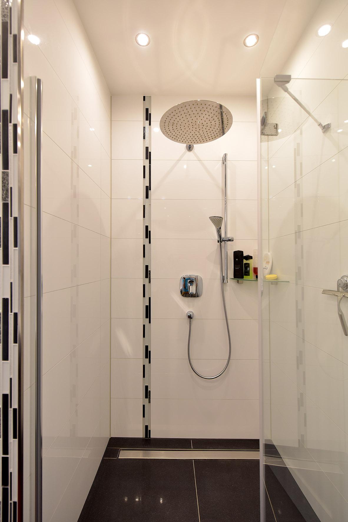 bodentiefe Dusche mit Edelstahlrinne.jpg