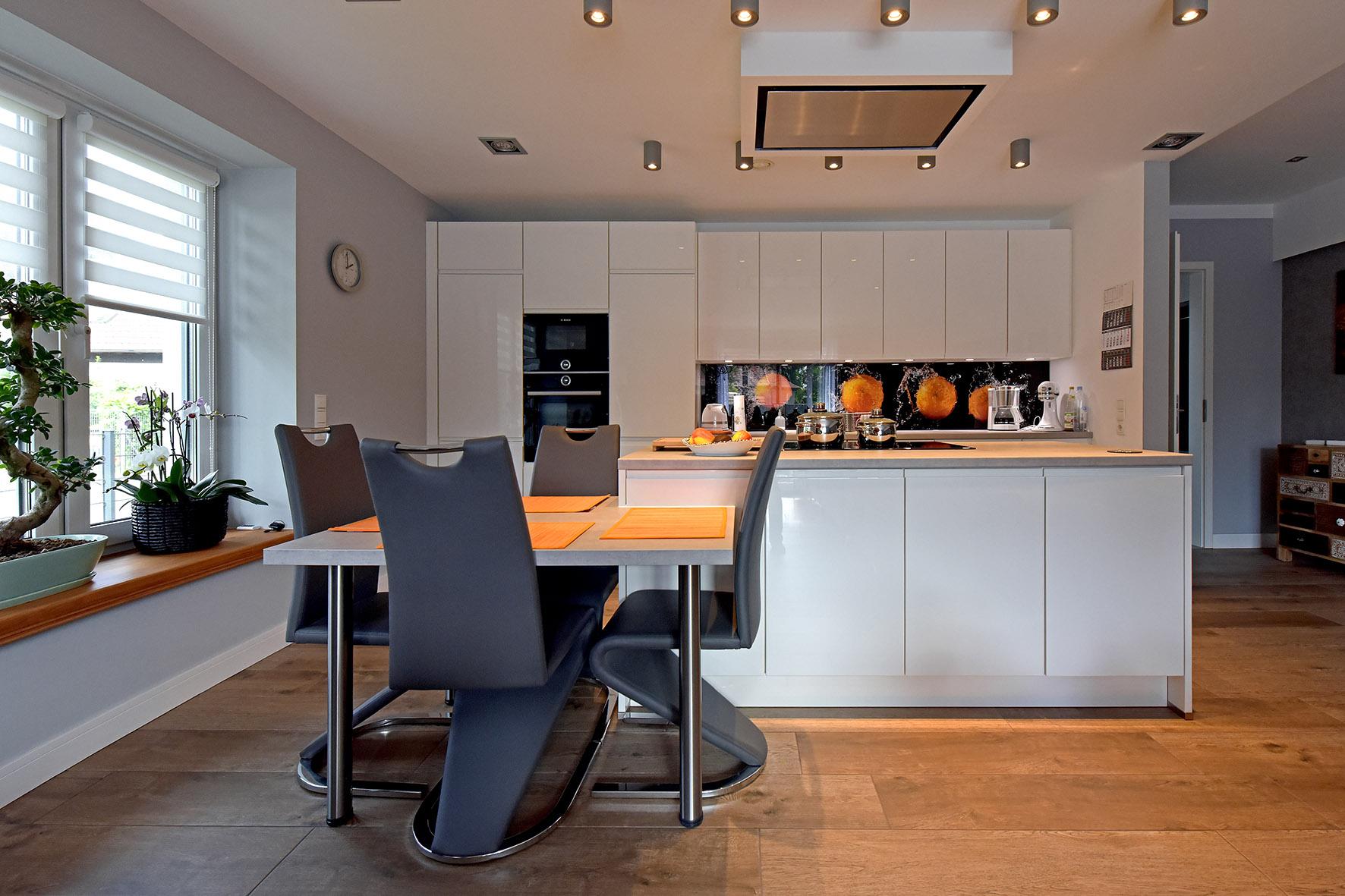 Küche offen mit Sitzfenster.jpg